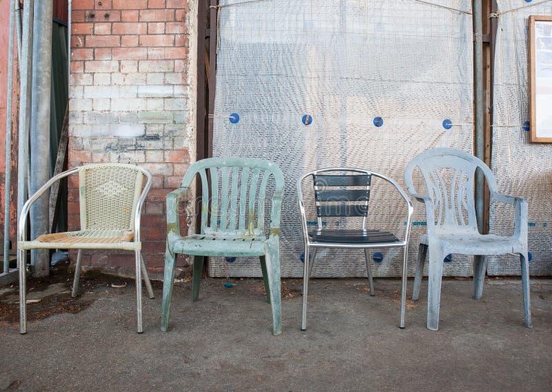Parecchie vecchie sedie fotografia stock libera da diritti
