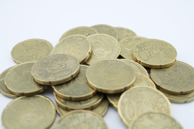 Parecchie venti monete dell'euro centesimo su fondo bianco Monete con poco valore immagini stock