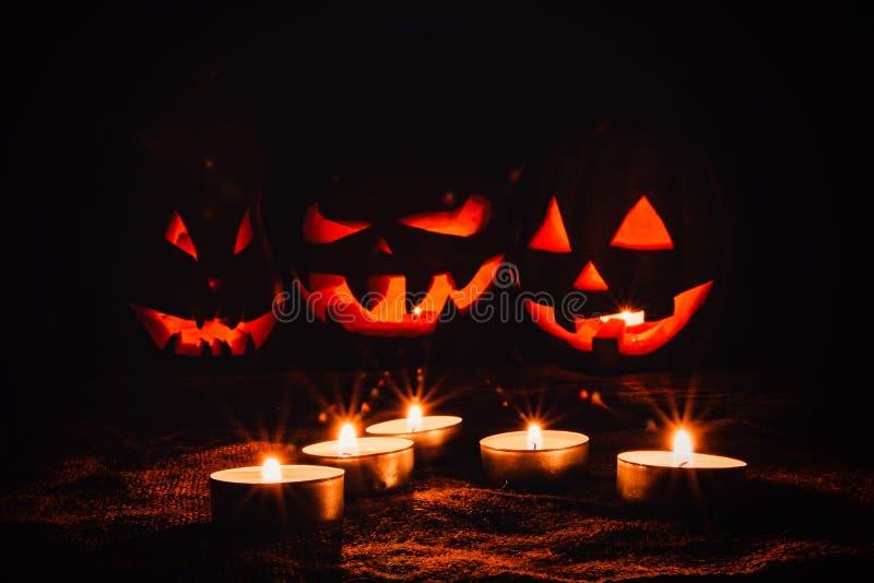 Parecchie zucche molto spaventose di Halloween, con uno sguardo fisso minaccioso e fotografie stock