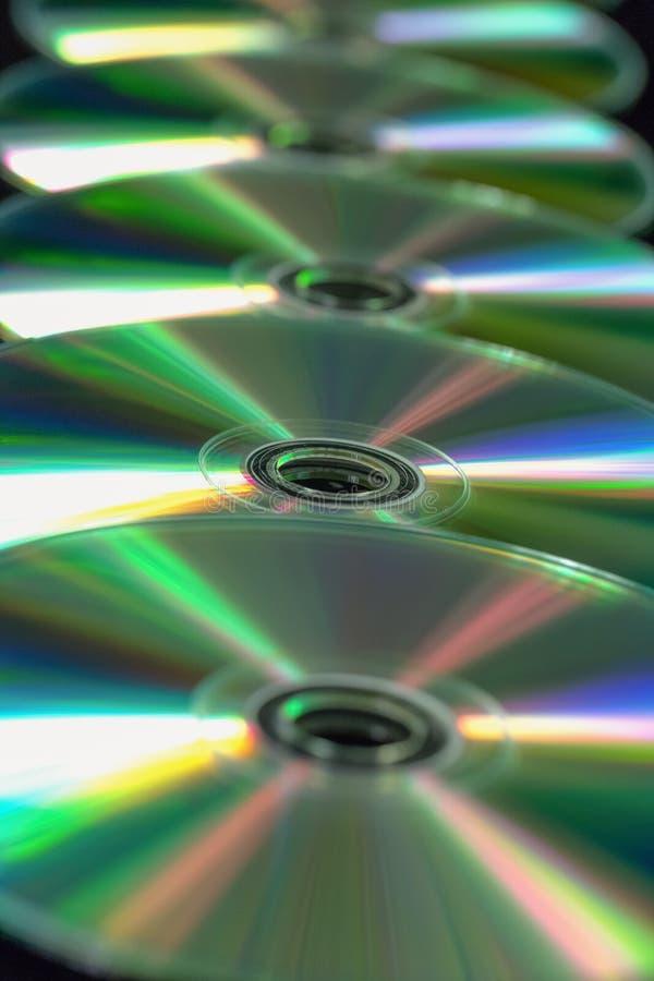 Parecchio CD/DVD in una linea retta fotografia stock