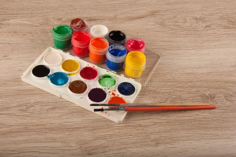 Parecchio pitture di gouache e dell'acquerello sulla tavola fotografia stock libera da diritti