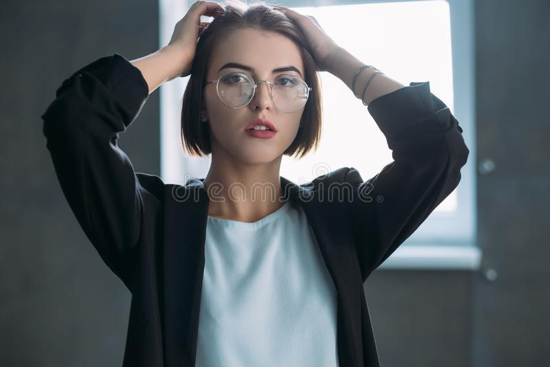 Parecer cansado novo da tensão de trabalho da senhora do negócio foto de stock