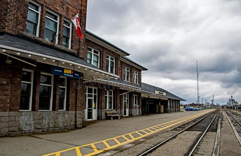 Pareciendo del este el Stratford histórico, Ontario, estación de tren de Canadá imagen de archivo libre de regalías