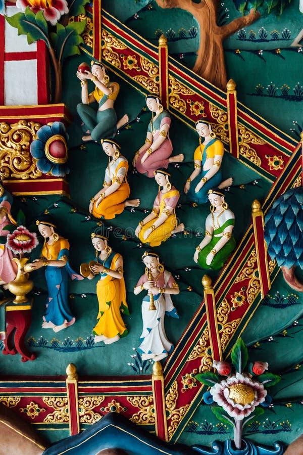 Pared adornada que habla de la historia de Buda en arte butanés dentro del monasterio butanés real en Bodh Gaya, Bihar, la India imagen de archivo