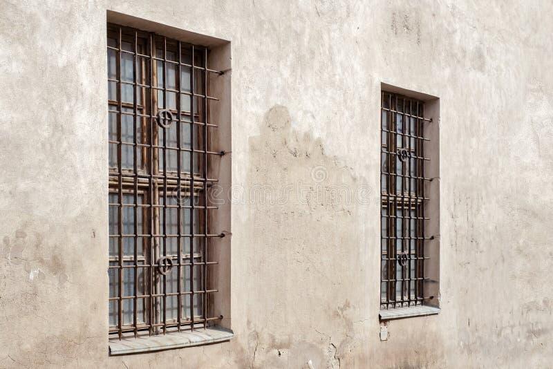 Pared agrietada abandonada con la ventana dos imágenes de archivo libres de regalías