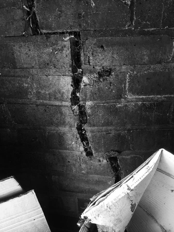 Pared agrietada blanco y negro fotos de archivo libres de regalías