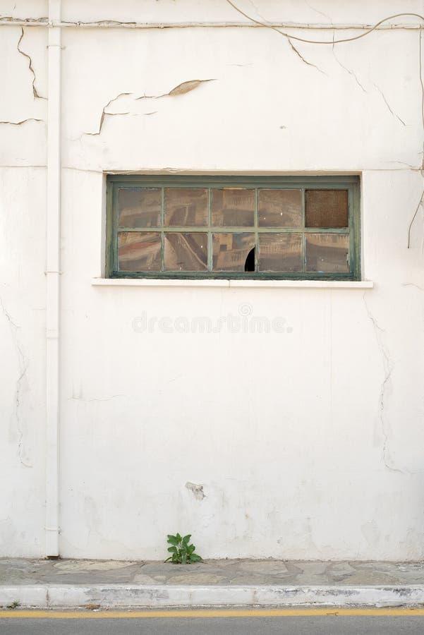 Pared agrietada con el tubo de agua de la ventana y de lluvia imágenes de archivo libres de regalías