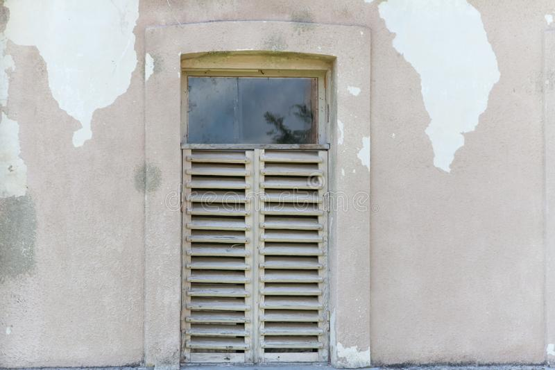 Pared agrietada vieja con la ventana foto de archivo libre de regalías