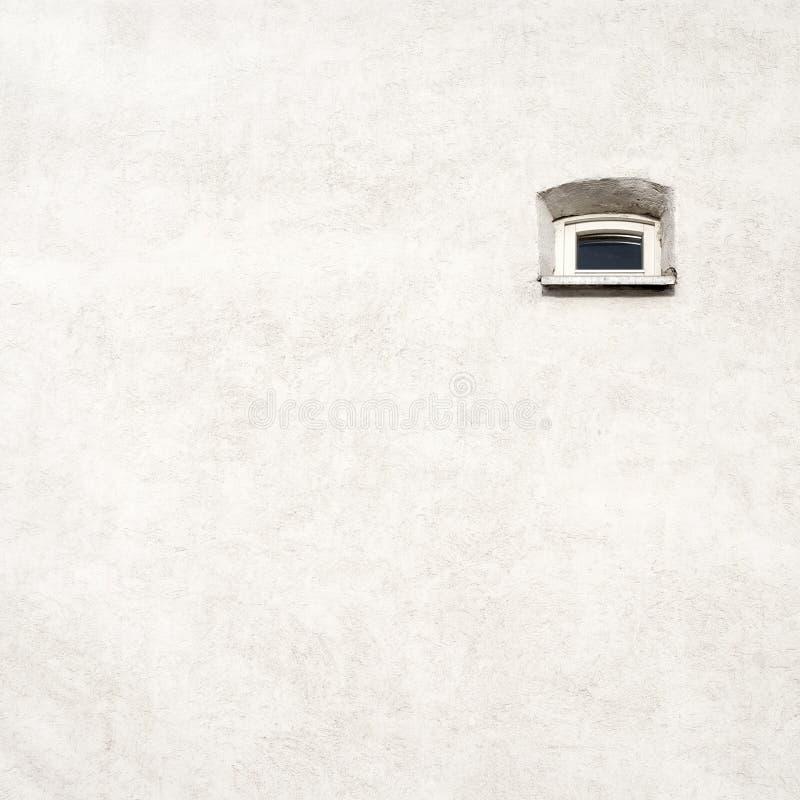 Pared agrietada vieja con una pequeña ventana foto de archivo libre de regalías