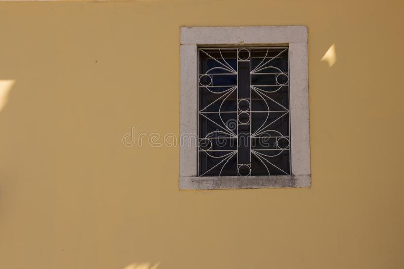Pared amarilla vieja y pequeño fondo hermoso de la ventana foto de archivo libre de regalías