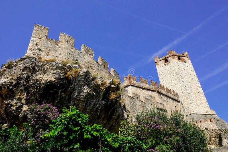 Pared antigua del castillo con la torre en Malcesine en el lago Garda foto de archivo