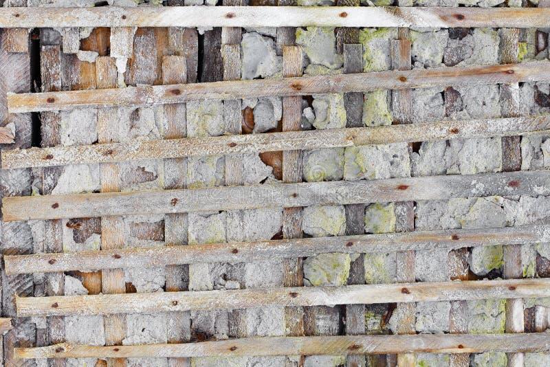 Pared arruinada con el cedazo de madera - fondo foto de archivo