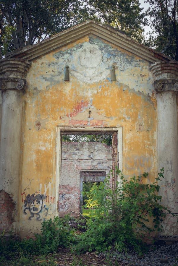 Pared arruinada vieja del teatro del verano Entrada a en ninguna parte foto de archivo libre de regalías