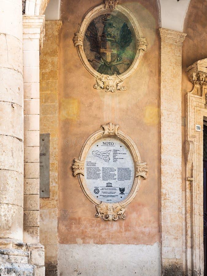 Pared ayuntamiento Palazzo Ducezio en la ciudad de Noto fotos de archivo