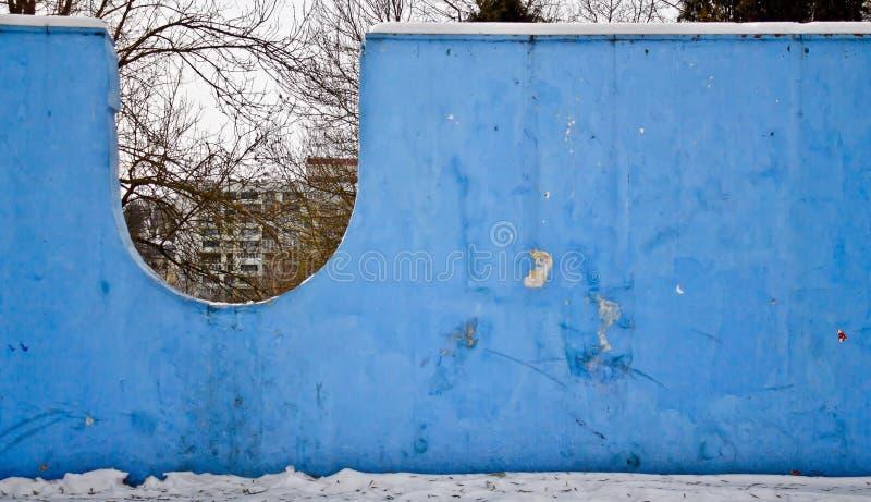 Pared azul en el parque fotografía de archivo