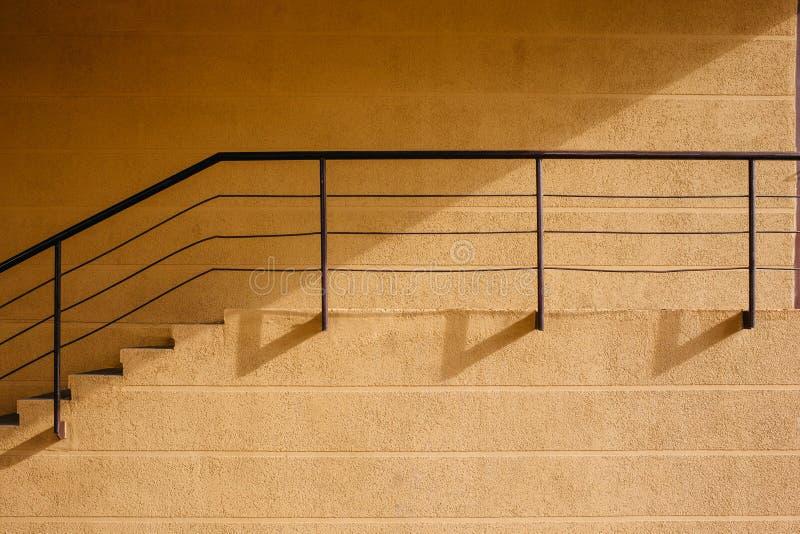 Pared beige con una escalera y una barandilla imagen de archivo