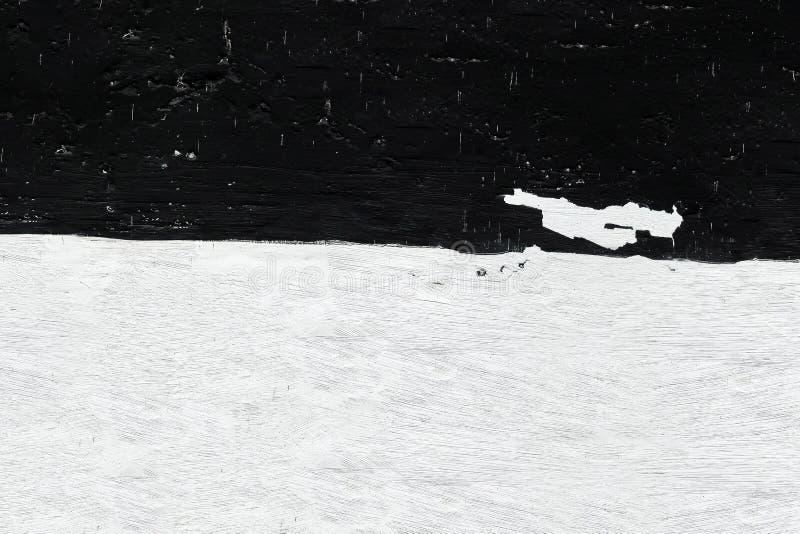 Pared blanco y negro bajo la forma de bandera Primer de la pared con la peladura del yeso y de la pintura blanca y negra manchada imagen de archivo libre de regalías