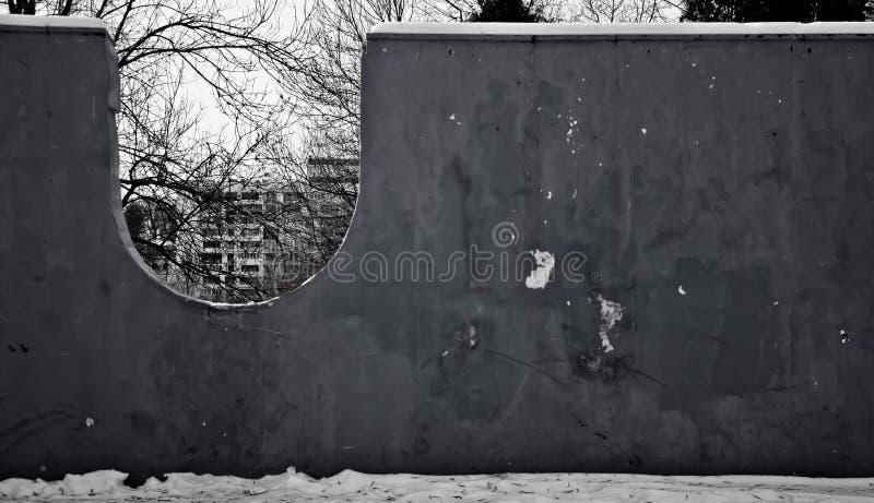Pared blanco y negro en el parque imagenes de archivo