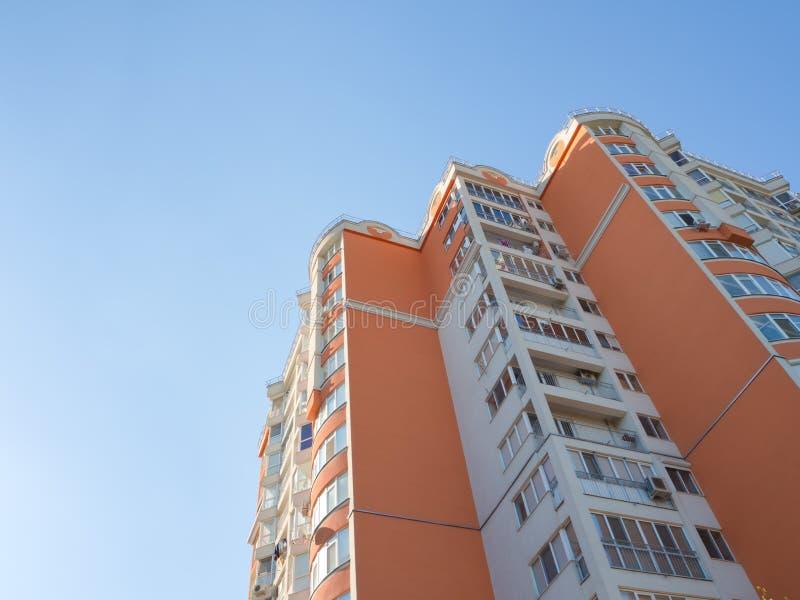 Pared coloreada de la fachada de un edificio residencial moderno con una visión de abajo hacia arriba contra el cielo fotos de archivo