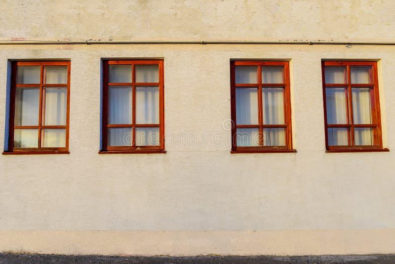 Pared con cuatro ventanas de madera foto de archivo libre de regalías
