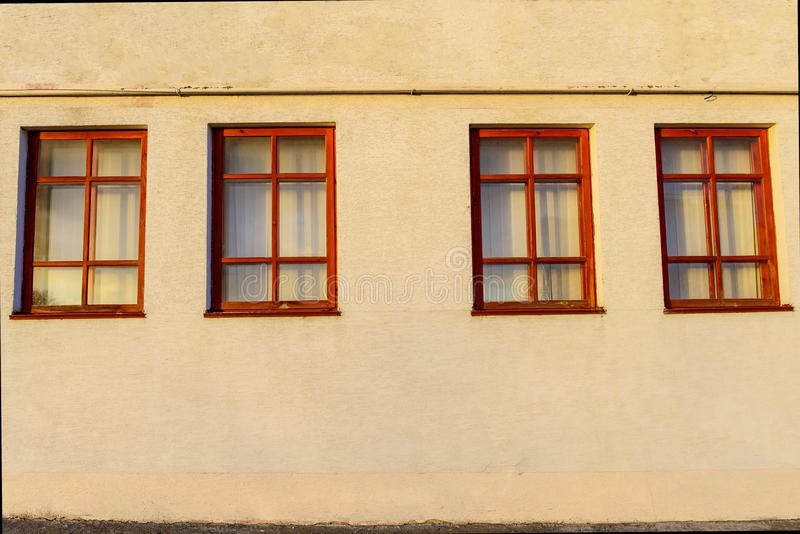 Pared con cuatro ventanas de madera imagen de archivo libre de regalías