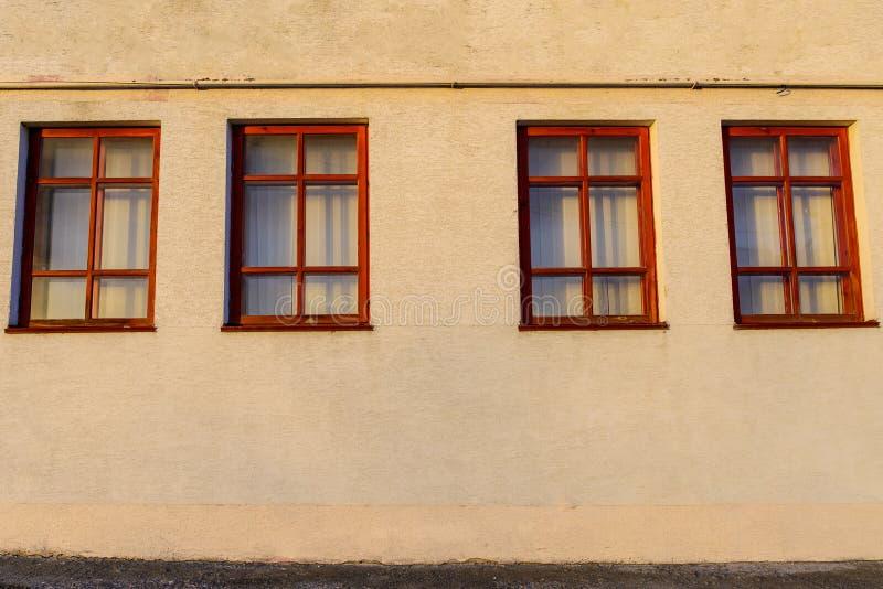 Pared con cuatro ventanas de madera imagen de archivo