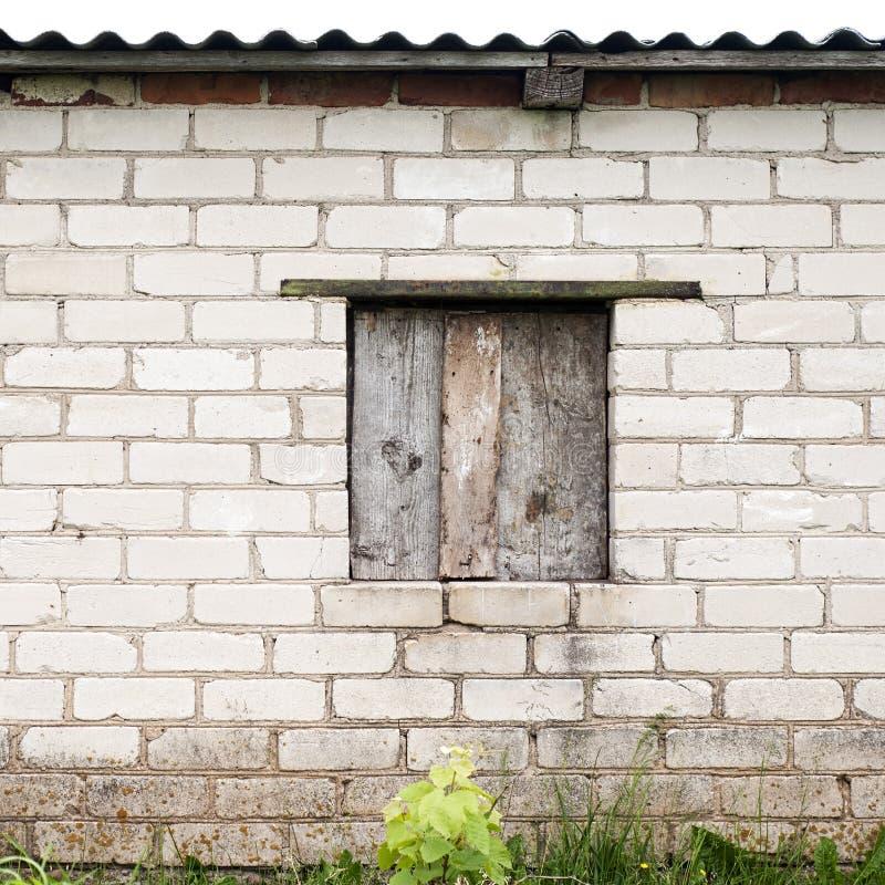 Pared con el lugar para una ventana imágenes de archivo libres de regalías