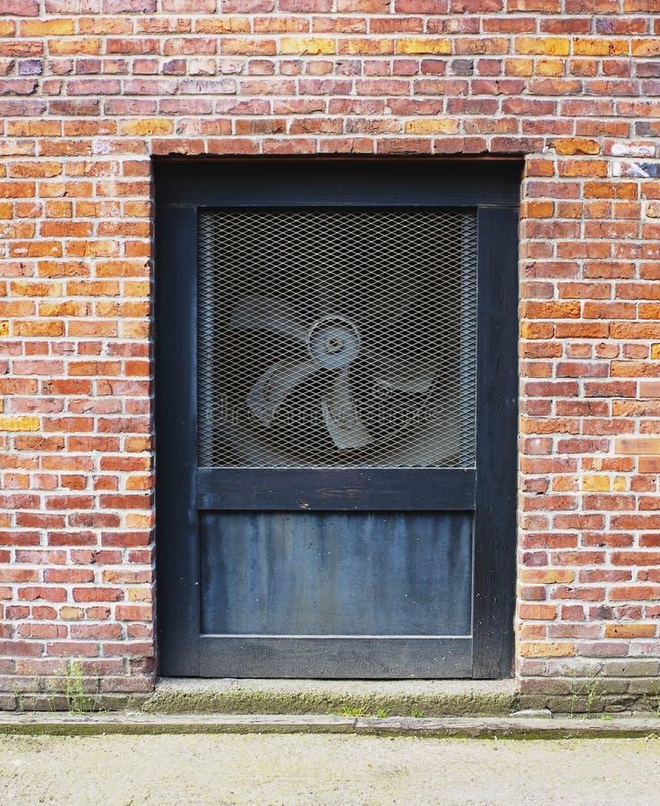 Pared con el ventilador de ventilación imágenes de archivo libres de regalías