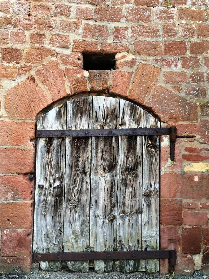 Pared con la puerta de madera fotografía de archivo libre de regalías