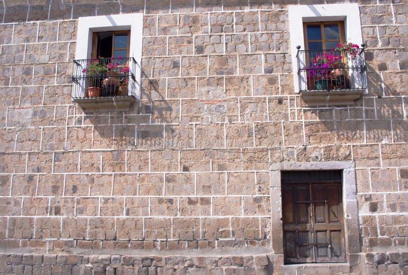 Pared con las puertas y los balcones imagenes de archivo