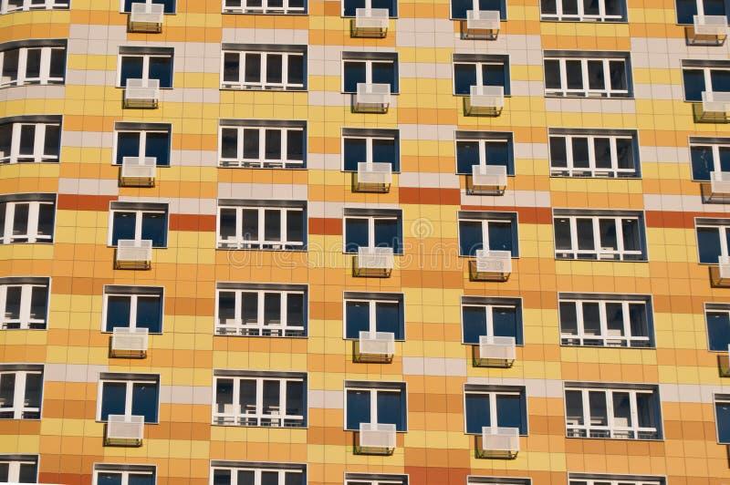 Pared con los nuevos edificios residenciales de varios pisos modernos de los balcones, foto de archivo libre de regalías