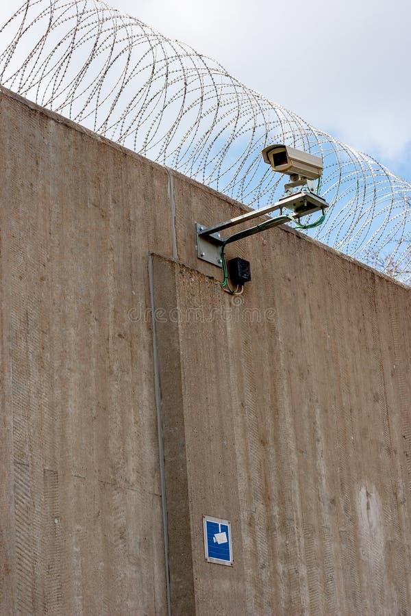 Pared concreta de la prisión con la cámara de vigilancia fotos de archivo libres de regalías