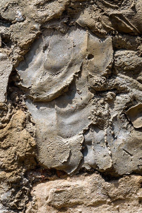 Pared de alba?iler?a resistida vieja con el ladrillo que desmenuza y muchos remiendos del cemento, como fondo texturizado fotos de archivo libres de regalías