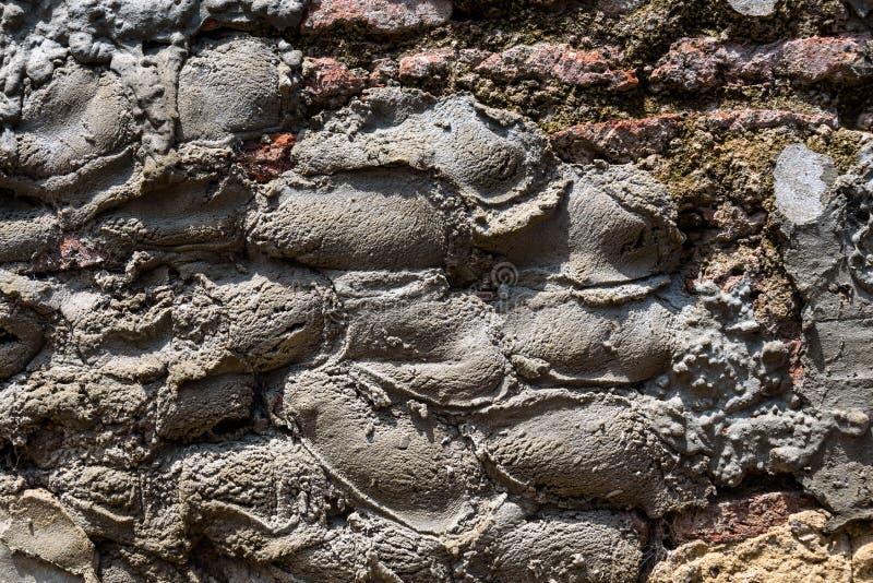 Pared de alba?iler?a resistida vieja con el ladrillo que desmenuza y muchos remiendos del cemento, como fondo texturizado imágenes de archivo libres de regalías