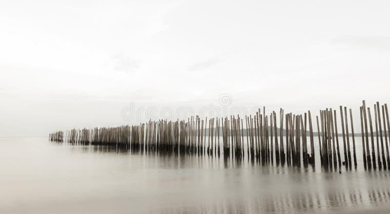 Pared de bambú en el mar, estilo largo de la exposición fotografía de archivo