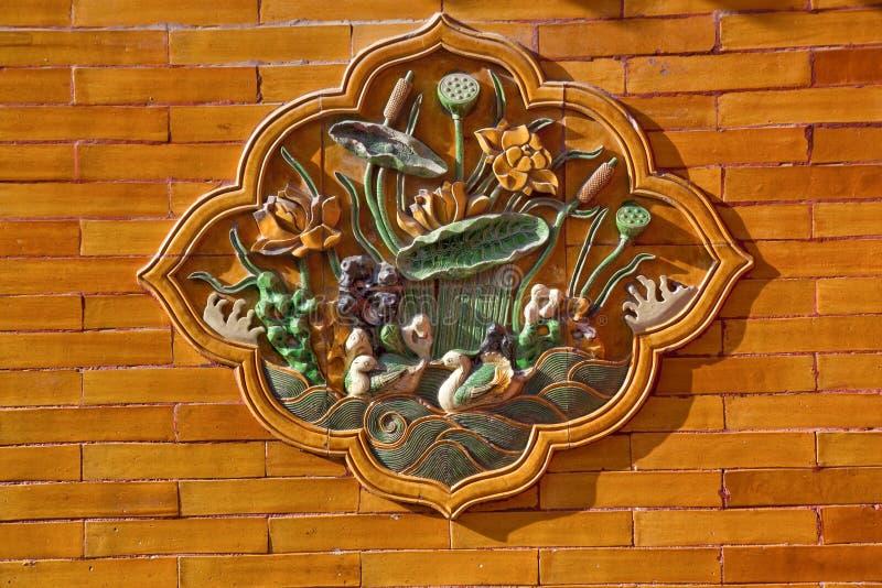 Pared de cerámica Pekín del amarillo de la decoración de los patos foto de archivo