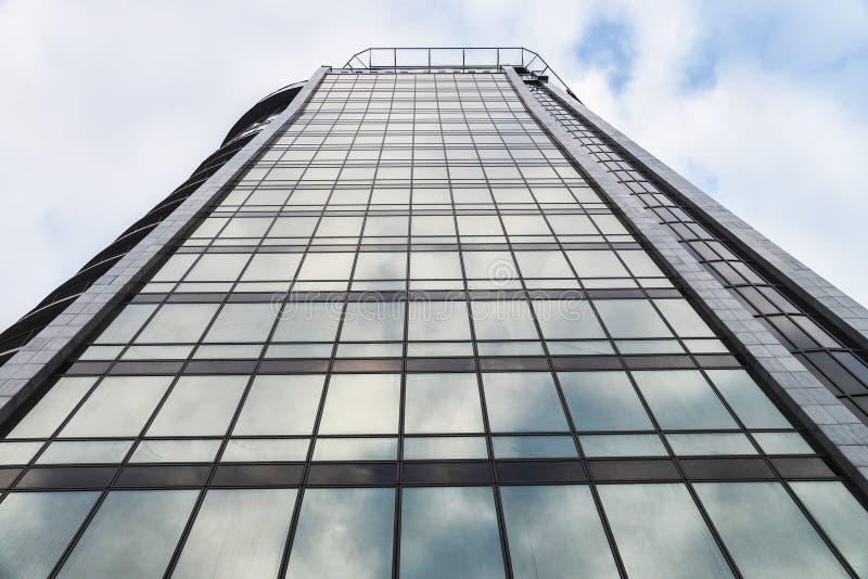 Pared de cristal constructiva de la alta subida moderna con la reflexión del cielo azul fotografía de archivo libre de regalías