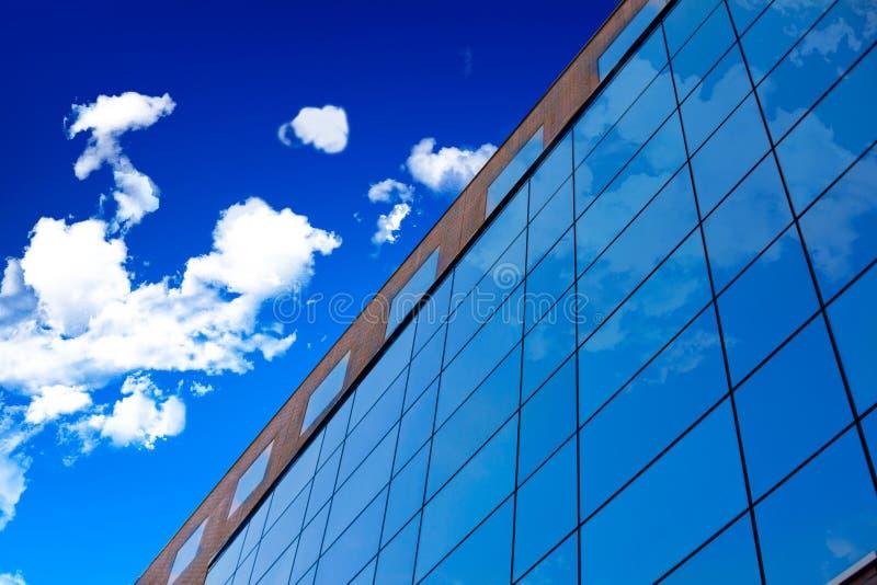 Pared de cristal del edificio de oficinas. imagenes de archivo