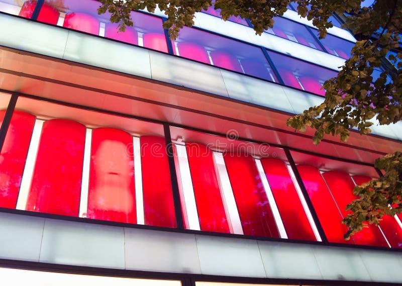 Pared de cristal del edificio de oficinas moderno fotos de archivo libres de regalías