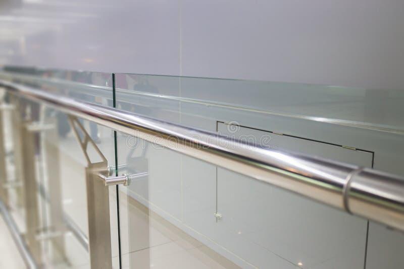 Pared de cristal interior con la barandilla de aluminio imagen de archivo