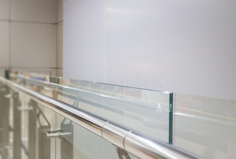 Pared de cristal interior con la barandilla de aluminio fotos de archivo libres de regalías