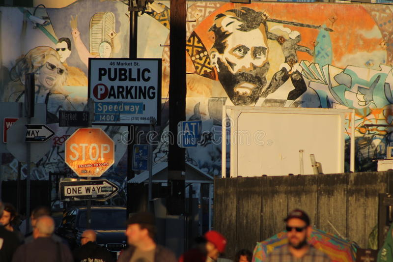 Pared de Graffitied con la muchedumbre de gente fotografía de archivo libre de regalías