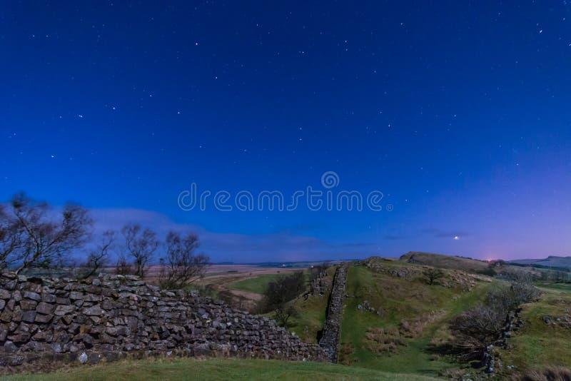Pared de Hadrians cerca de Walltown en la noche fotos de archivo libres de regalías