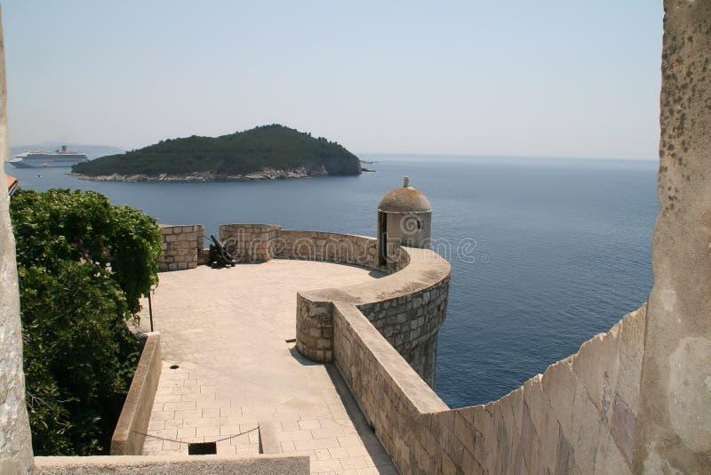Pared de la ciudad de Dubrovnik e isla de Lokrum imagen de archivo