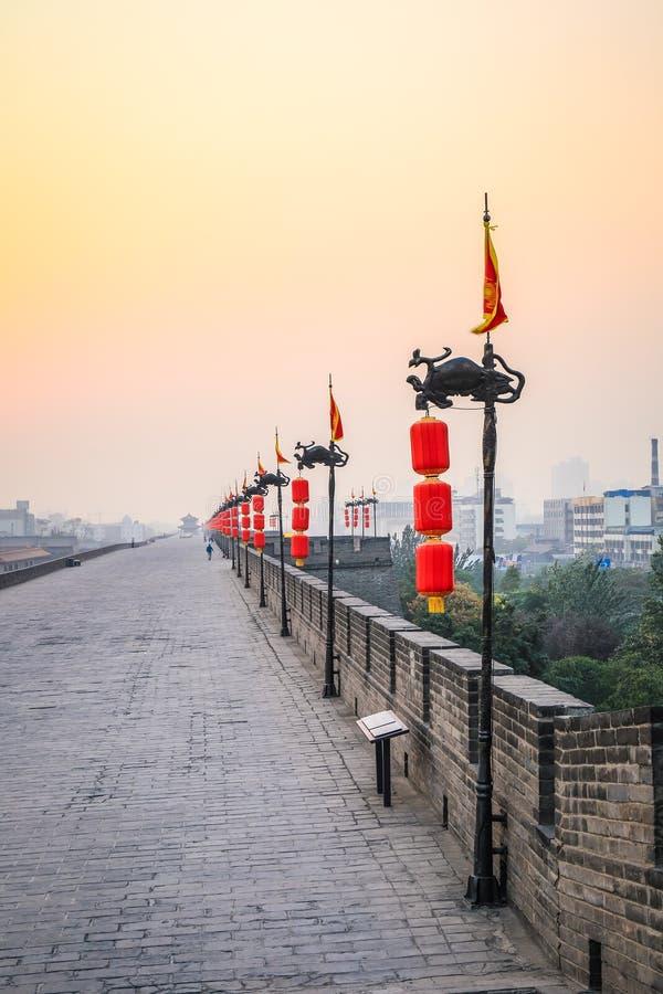 Pared de la ciudad de Xian en puesta del sol imagen de archivo
