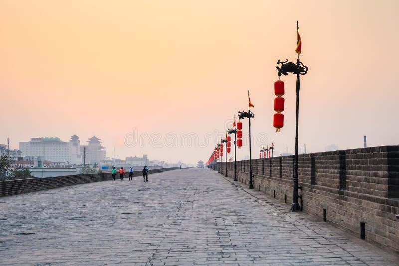 Pared de la ciudad de Xian en puesta del sol fotos de archivo
