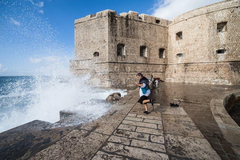 Pared de la ciudad de Dubrovnik y embarcadero viejos del mar imagen de archivo libre de regalías