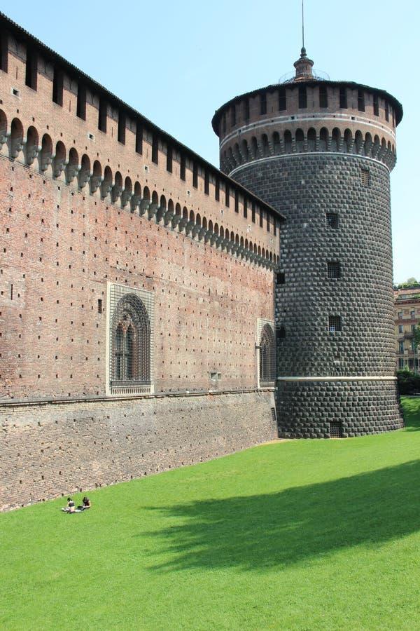 Pared de la defensa con la torre imágenes de archivo libres de regalías