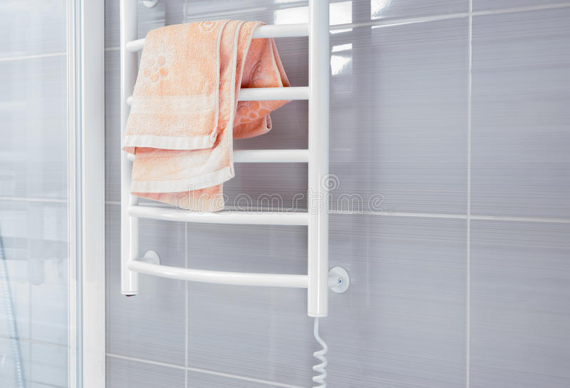 Pared de la ducha con el estante que se calienta de la toalla foto de archivo