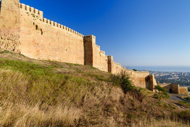 Pared de la fortaleza de Naryn-Kala y vista de la ciudad de Derbent imagenes de archivo